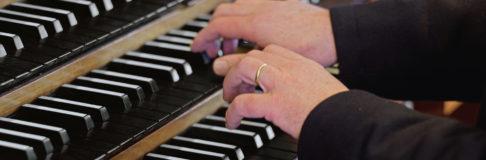 Orgel-Haende-mit-Ring